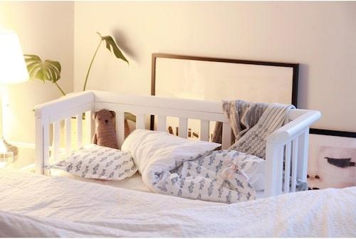 Bedside crib från Carena.