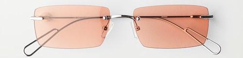 Minimalistiska solglasögon med färgglatt glas, från Weekday.