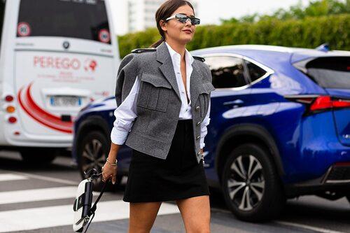 Bryt av en välklädd look med hjälp av ett par futuristiska solglasögon.