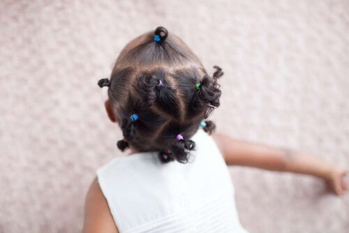 Alima, 2,5, har håret samlat i tofsar. Hon har hårtyp 3A (se nedan). Foto: Rafaela Stålbalk Klose.
