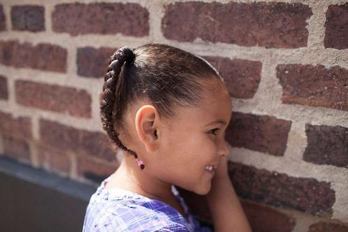 Gabriella, 3, med flätat hår. hon har hårtyp 4A (se nedan). Foto: Rafaela Stålbalk Klose.
