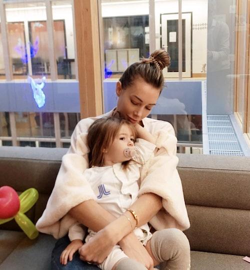 Alexia med Corinne på sjukhuset.