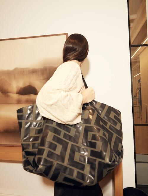 """""""Stickad tröja från Totême och min 'old Céline'-väska som jag använder varje dag och har svårt att klara mig utan."""""""