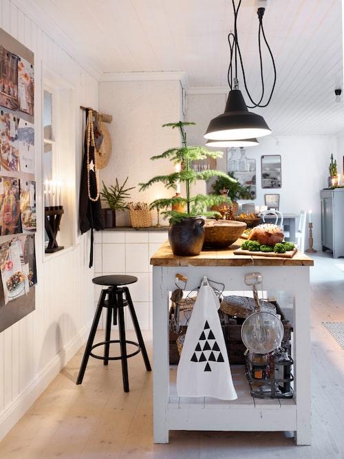 Ursprungligen var ytan, där kök och matrum ligger, tre rum. För att få bättre planlösning och ljusinsläpp har paret satt in ett antikt fönster från Fönsterantiken i Vänga. Där satt tidigare en dörr. Handduk från SB studio, ljusstake, Star trading, pall från Ikea och industrilampor, Suedecoration.