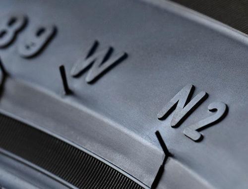 Bokstaven N avslöjar att det handlar om ett däck som är speciellt utvecklade för just den Porsche-modell som det sitter på.