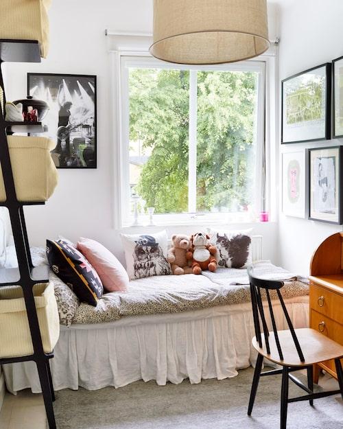 """Hit kan en 16-åring dra sig undan. Storasyster Majas sovrum ligger precis som övrigas mot bakgården. Hylla, Swedese, taklampa, R.o.o.m, konsertfoto på Håkan Hellström. Skrivbordsstolen av Tapio Wirkkala var ett av Carolines allra första loppisfynd, """"den kostade 40 kronor och jag var supernöjd""""."""