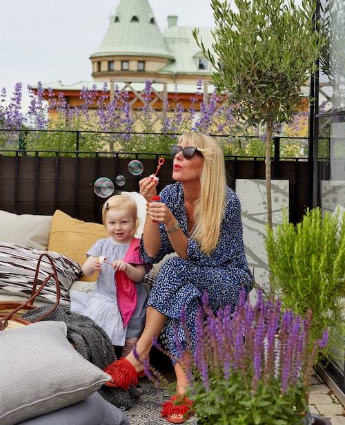 Sommarstuga på taket, någon? Ja, den här familjen har faktiskt en stuga (eller snarare ett orangeri) bara några trappor ovanför lägenheten, mitt i Stockholms stenstad.