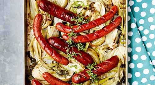 Recept på ugnsrostad fänkål  med korv och paprikayoghurt.