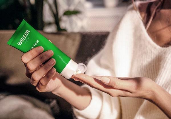Krämen Skin Food är en multiprodukt du kan använda på hela kroppen.