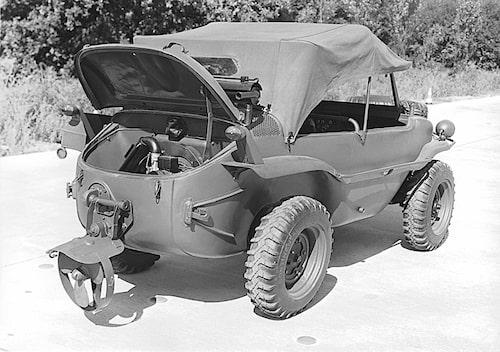 Amfibiebilen Volkswagen Typ 166 Schwimmwagen var i stort sett en Folkvagn med hög markfrigång och nedfällbar propeller.