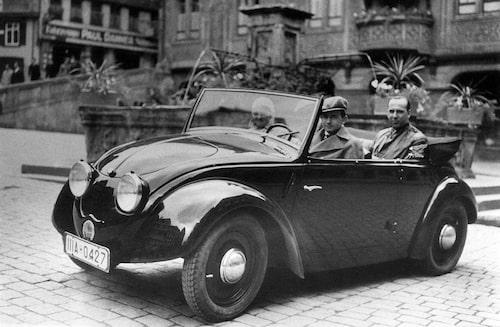 Volkswagen Typ 1-prototyp med Ferry Porsche bakom ratten.