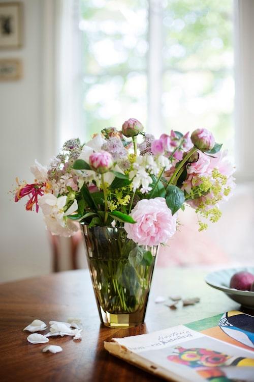 Sommar i en vas, trädgårdens blommor blir vackraste buketten.