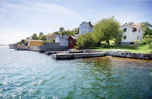 Parets lilla vita trähus har varit hem för lotsar, och ligger alldeles intill Dalarö ström. På bryggan avbildade Zorn sin hustru Emma och en mästerlots på den berömda akvarellen Sommarnöje.