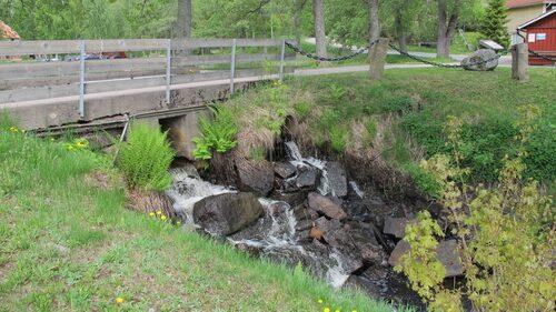 Mycket vatten överallt. Inte så konstigt då det gamla bruket var beroende av vattenkraften.
