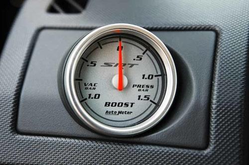 När mätaren passerar +0,5 bar händer det grejer – woosh! SRT = Street and Racing Technology.