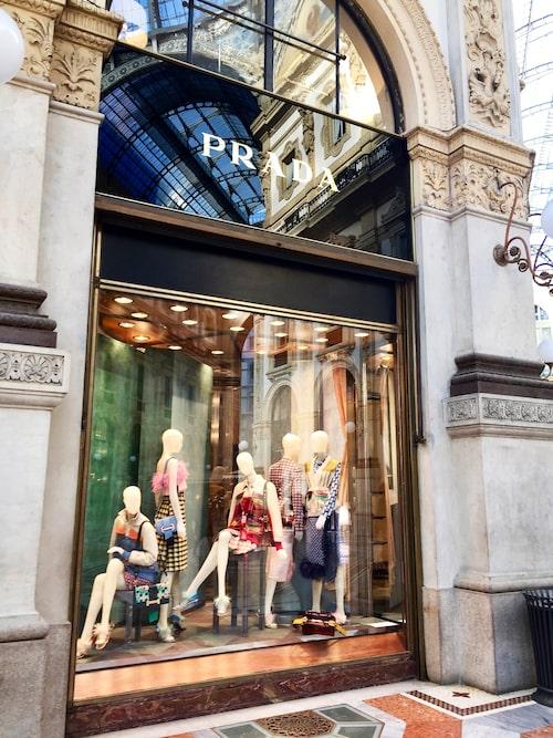 Mode i massor! På resan besöks bland annat Pradas lyxiga butik.