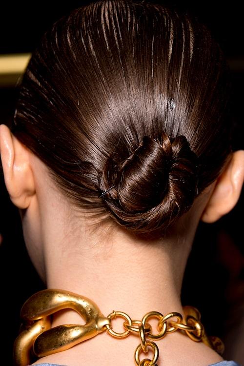 En stram knut är en klassisk håruppsättning till fest och vardag.