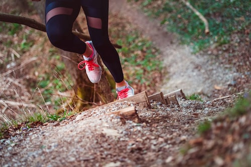 När du springer i terrängen så behöver foten mer stöd och grepp.