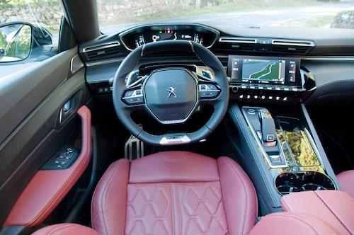 Okonventionell men Peugeot-traditionell cockpit. Instrumenten ovanför ratten.