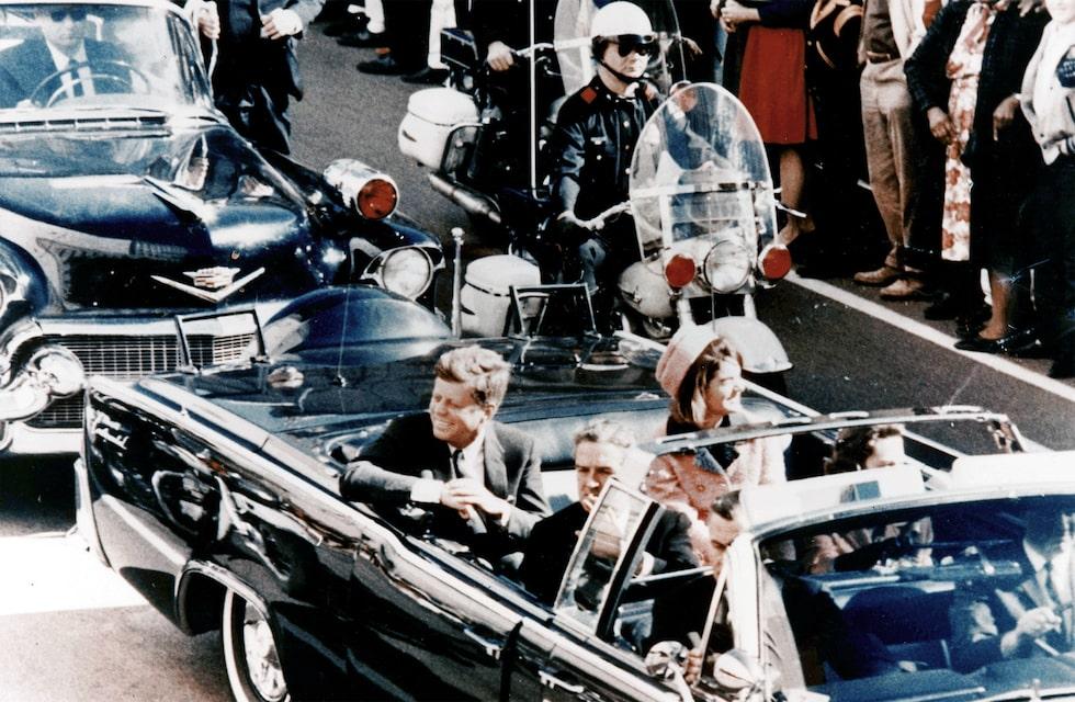 John F Kennedy och hans fru Jacqueline Kennedy (senare Jacqueline Kennedy Onassis) i bilen strax före mordet i Dallas den 22 november 1963.