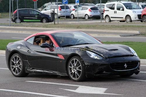 Ferrari California med turbo. Luftintagen i huven maskerade.