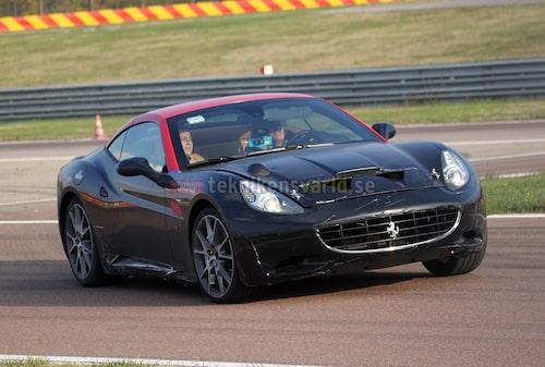 Ferrari California med turbo. Notera luftintagen i huven.
