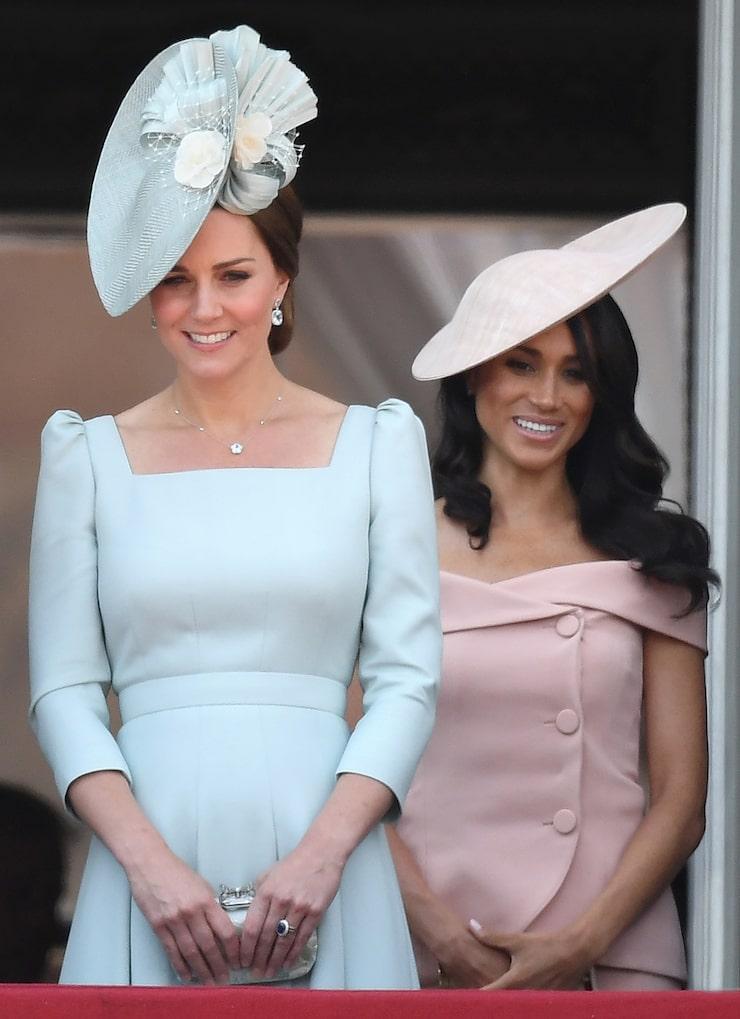 Kate Middleton i en pastellblå klänning med ärmar från Alexander McQueen – och Meghan Markle i en banbrytande och skräddarsydd ljusrosa klänning utan ärmar från Carolina Herrera.