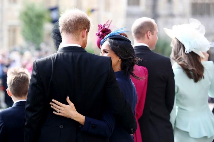 Här syns Meghan Markle med maken prins Harry på prinsessan Eugenies bröllop bärandes en neutral färg på nagellacket.