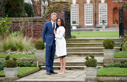 Meghan Markle med sin äkta man prins Harry klädd i den nu ikoniska vita kappan från Line the Label och vita skor från Aquazzura vid tillkännagivandet av deras förlovning 2017. Och som ni ser – utan strumpbyxor.