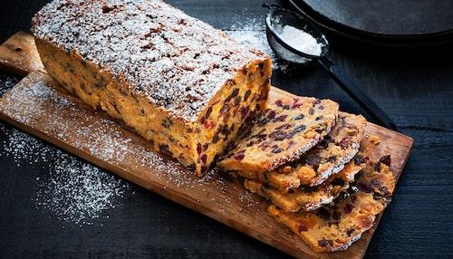 De Kaliforniska russinen ger kakan en söt och god smak.