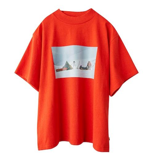 T-shirt med tryck. Kommer även i olivgrönt.