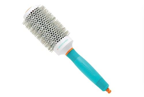 Rundborste, eller fönborste för volym i håret.