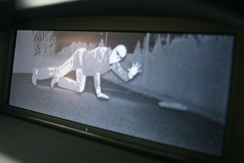 Night Vision kostar 21 000 kronor extra och upptäcker faror och hot med hjälp av infraröd, värmekänslig kamera.