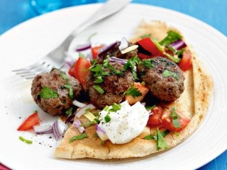 Shish kebab (lammbullar) med rostat pitabröd och tomatsalsa