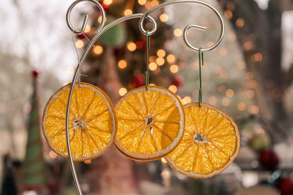 Torkade apelsinskivor. Vackert som dekoration i fönstret eller i granen.