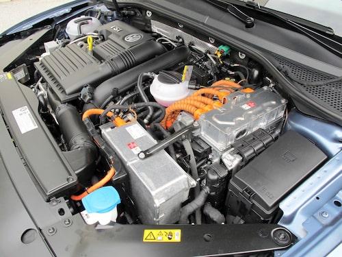 Elektrifieringen har gjort motorrummet trängre. Inget för hemelektrikern.