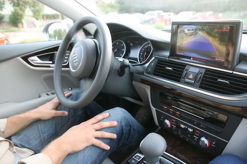 """Erik Wedberg utan händerna på ratten! Det behövs inte om man har valt tillvalet """"autoparkering""""."""