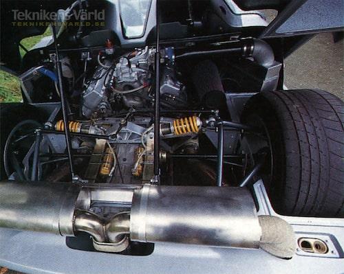 Första prototypen hade en boxertolva från Motori Moderni, men tills vidare gäller en kraftigt ombyggd Ford V8 med 655 hk.