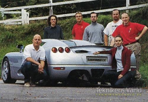 Herr och fru Koenigsegg samt delar av styrkan på tio man som tillverkat den nya bilen.