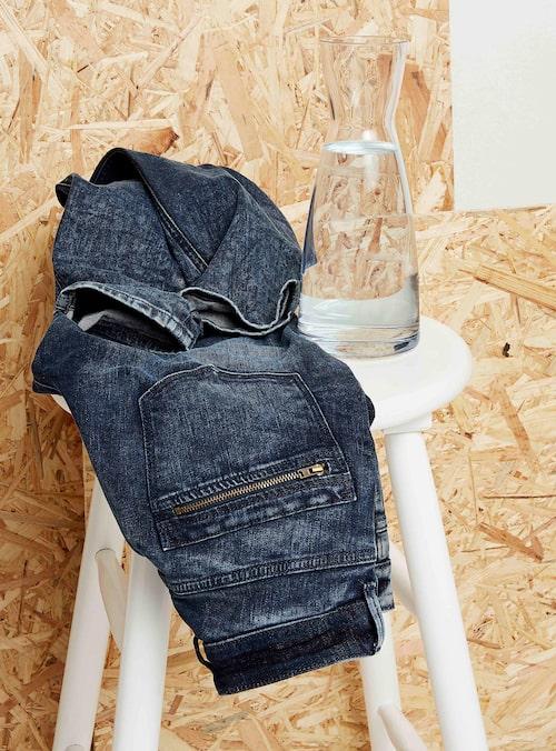 Lindex Even better denim-modeller har tillverkats av återvunnen bomull och polyester. Endast en (!) flaska vatten har använts i tvättprocessen.