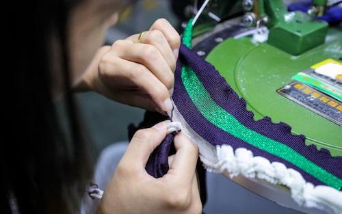 Ett plagg blir till i H&M:s fabrik i Shanghai, där de flesta av H&M:s kollektioner skapas.
