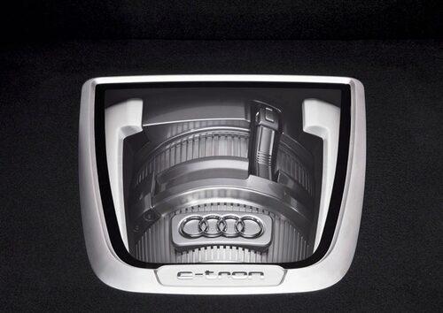Wankelmotorn med sina kylflänsar är klart synlig under en glasskiva i bagageutrymmet.