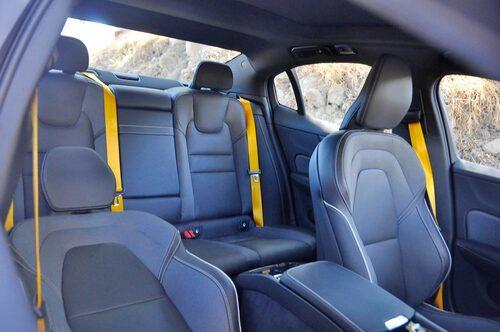 Volvo med Polestar-tema får varumärkets guldfärgade säkerhetsbälten.