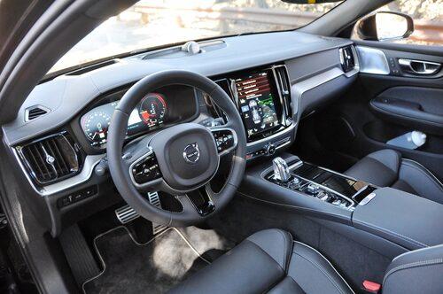 S60 är syskonbil till V60, instrumentbräda och interiör framtill identisk. Fin förarmiljö.