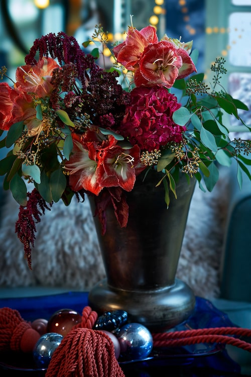 Snittblommor från Floristkompaniet i stor plåtvas, 595kr, från Frejas boning. Kulor från Bungalow, från 25 kr/st, omtag med tofs, 400 kr, Sense living, bricka i plexiglas, 1 300 kr, Pierre & Peter's.
