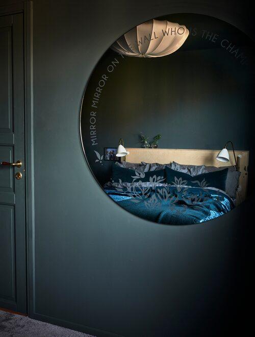 """Spegeln med texten """"Mirror mirror on the wall who's the champion of them all"""", och OS-ringarna i nederkant, är specialgjord åt Sarah av Ringströms glasmästeri. Takplampa Beni, Dis inredning."""
