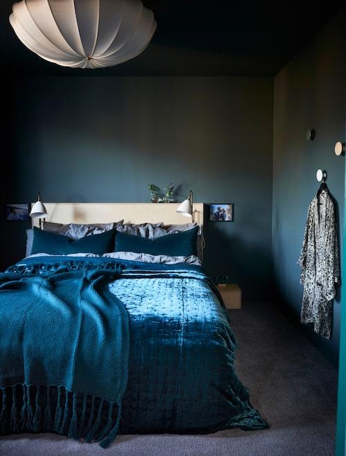 Sängen är byggd i plywood och ritad av Jannika Hernelius, säng-lampor, Gubi, kuddar och överkast, H&M Home. Väggar och tak i grön helmatt färg, Biora balance från Teknos.
