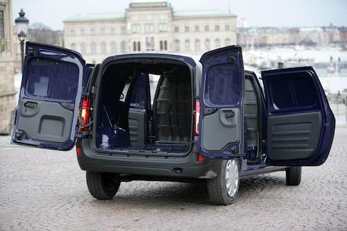 Dacia Logan Van öppnar med två dörrar bak och de gapar dessutom stort för att underlätta lastning.