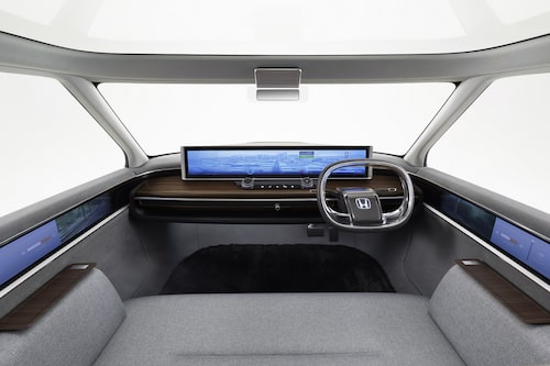 Låååååång skärm på instrumentbrädan och skärmar på dörrsidorna för kamerorna som agerar sidobackspeglar. Bäst att tillägga att bilen visar konceptbilen, inte produktionsbilen.