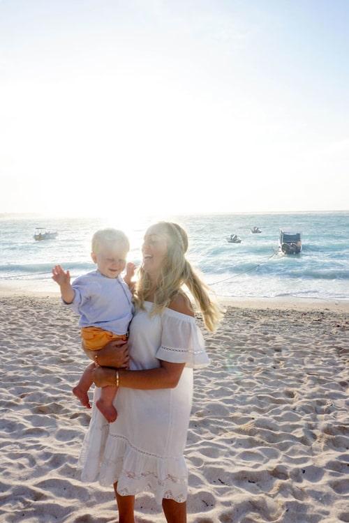 Morris och mamma Ellen njuter av både soft strandhäng och mer aktiva dagar.